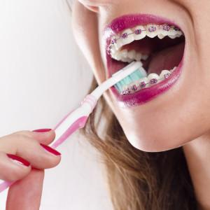 kobieta podczas szczotkowania zębów